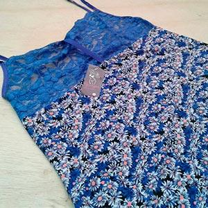 Fundo Preto Estampa Floral Azul Bic e Branco